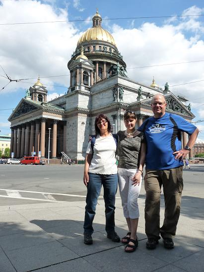 Reiseleiterin Julja mit Familie Schreiner an der Isaakskathedrale
