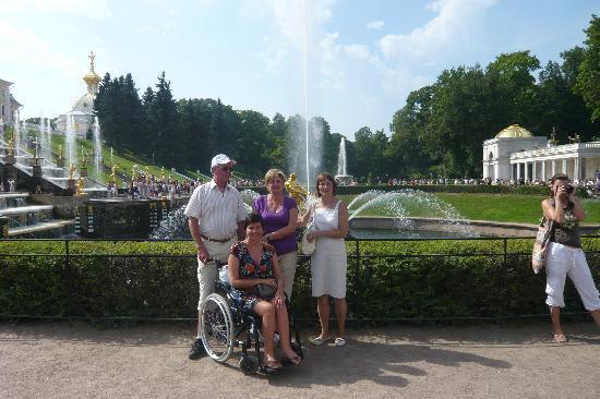 Silvia mit Eltern und Galina in Peterhof