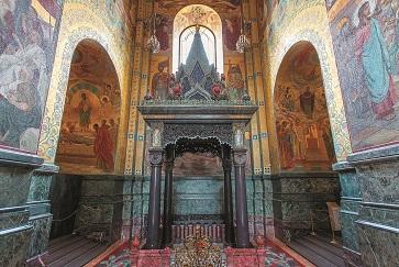 Unter dem Baldachin ist das Kopfsteinpflaster des alten Kais, wo der Zar verblutete