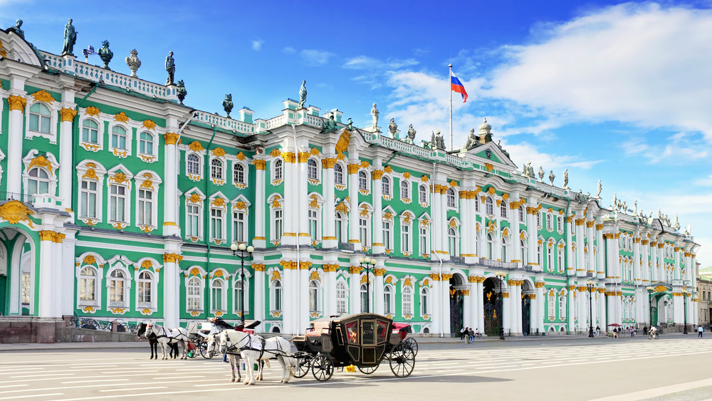 Winterpalast der Eremitage mit Kutsche am Schlossplatz